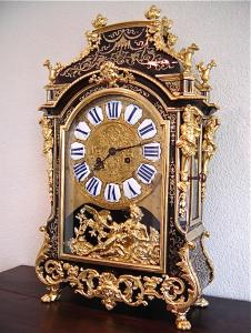 Часы в стиле Буль